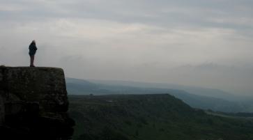 風很大,但每個人都會站在curbar Edge上欣賞風景。