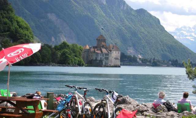 不知是遊客還是當地人,好整以暇,騎腳踏車來看湖邊看西庸城堡。